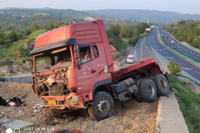 半挂车冲上道沿撞伤3名路人 交警:为避让两轮电动车