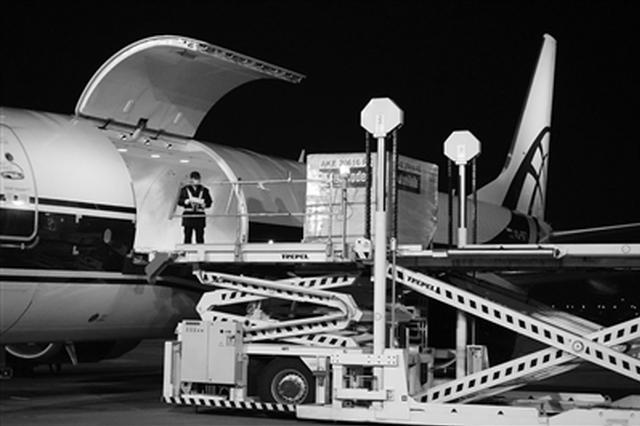 西咸机场首班飞欧洲全货运包机出发 20吨物资发往德国