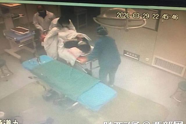 产妇脐带脱垂! 产科医生半跪托举24分钟护母婴平安