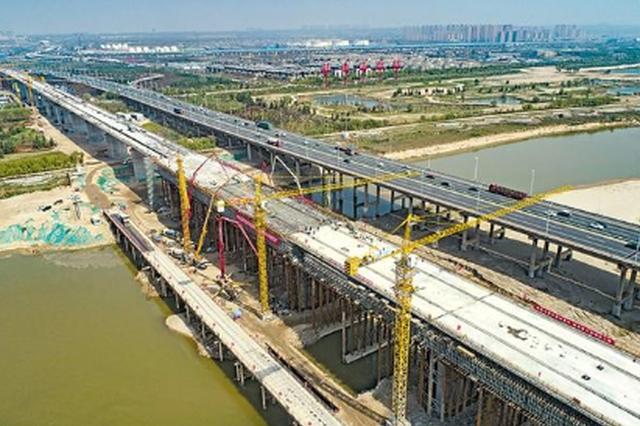 高铁城铁并行一桥飞架渭河 西银高铁全线唯一四线桥合龙