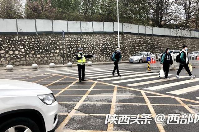 西安230名交警凌晨起驻守校园 保障初三学生复学交通安全