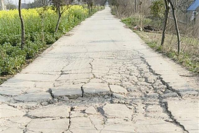 武功县一道路路面多处损坏 回应:正在协调修补