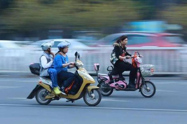 骑乘电动车未戴头盔暂未列入处罚范围 头盔价格现下降趋势