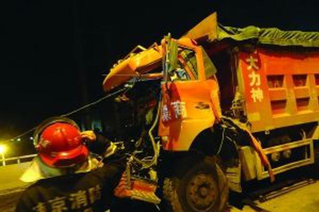 两渣土车凌晨追尾 救援队20多分钟救出被困司机