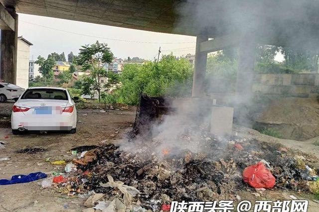 安康高速桥下垃圾着火致车辆受损市民难维权 警方介入