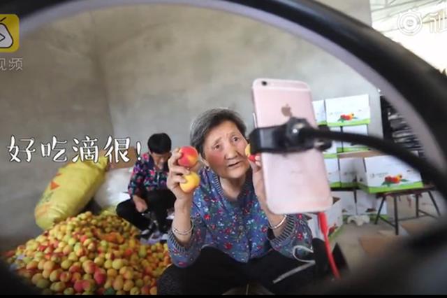 西安80岁奶奶直播带货 牙都没了结果火了