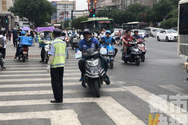 记者实地探查 交警:佩戴头盔人数增至四成