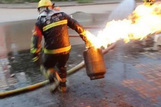 杨凌一招待所煤气罐着火 消防员徒手拎出排除险情