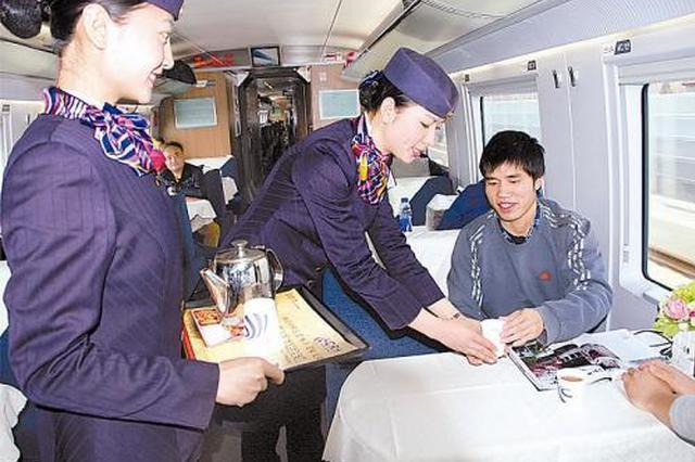 列车员照顾两名残疾旅客 众人伸出大拇指