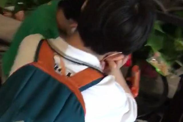 西安一饭店儿童节突然收到俩男孩 孩子母亲坐火车离开