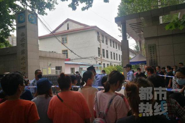 西安市67中校园内发生车祸 越野车撞倒男学生