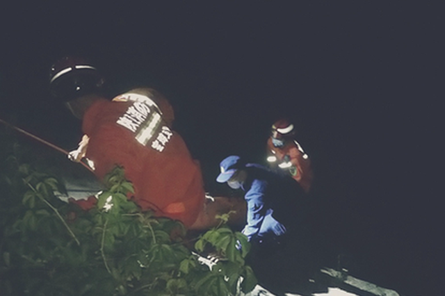 男子凌晨醉酒跳桥 宝鸡医护、消防紧急救援