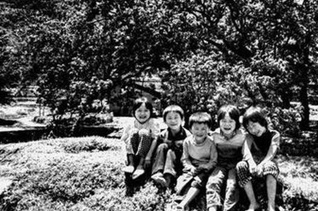 陌生摄影师替五兄妹留下童年照 30多年后看见太感动