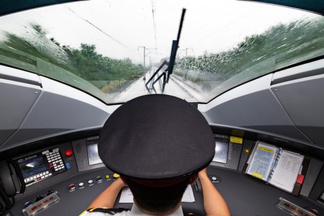 西安机务段高铁司机精准操纵列车应对强降雨