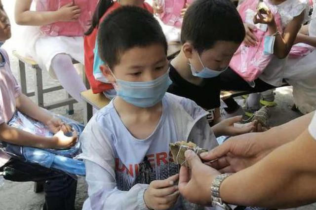 莲湖区为山阳县教学点孩子们共迎端午 吃粽子品味游戏快乐
