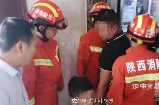 陕西一家三口被困电梯 消防1分钟快速营救