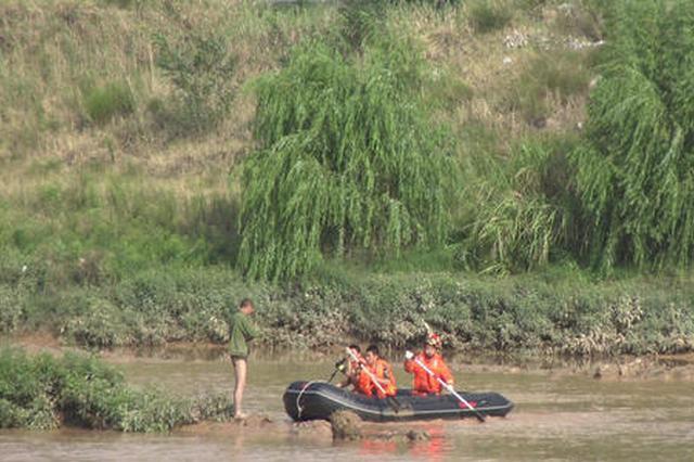 两男子被困渭河中的孤岛 消防员涉水营救