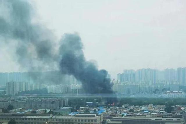 阿房三路一汽配仓库昨日大火!火势凶猛,近一半房顶坍塌