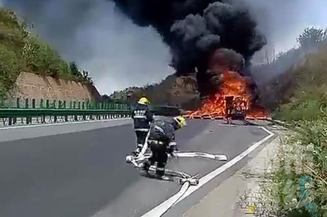 陕西一高速上半挂车突发火情 司机:没想到轮胎竟起火