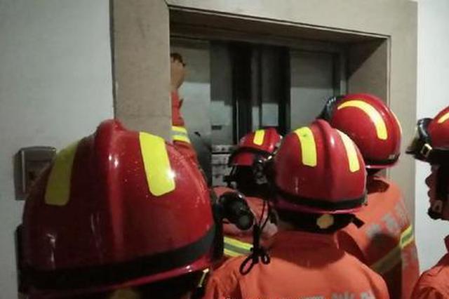 宝鸡一小区电梯故障13人被困 消防紧急救援