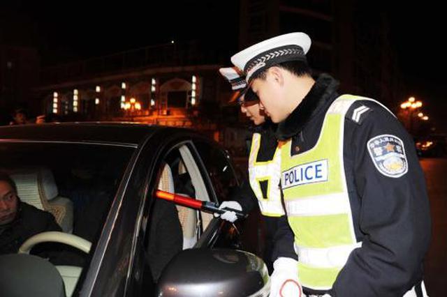 """西安一奥迪司机涉嫌酒驾被查,副驾朋友""""抱摔""""交警"""