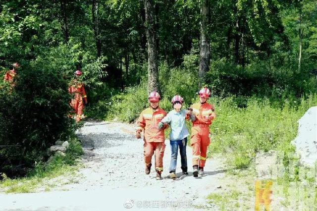 商洛突降大雨68人被困秦岭山上 消防彻夜营救