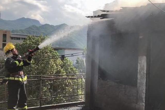 陕西安康一民房突发大火 消防员成功扑救