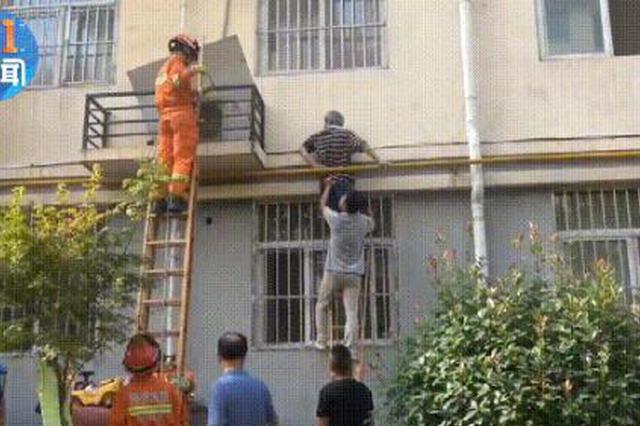 房门被锁 六旬老人翻窗坠楼被卡在天然气管道