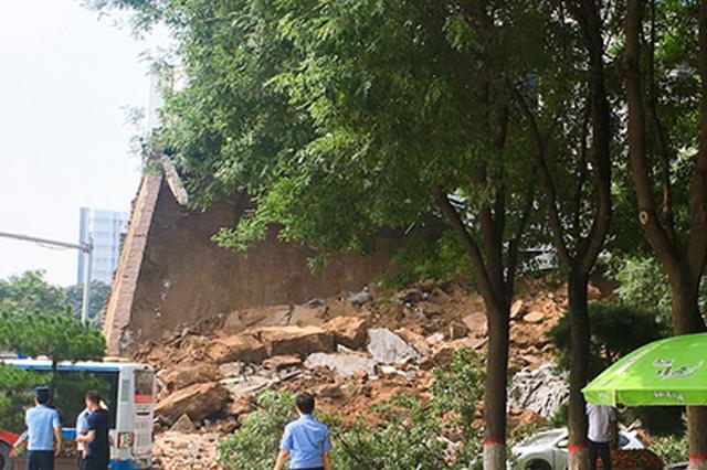 突发!西安明秦王府城墙局部坍塌 多车受损无人伤亡