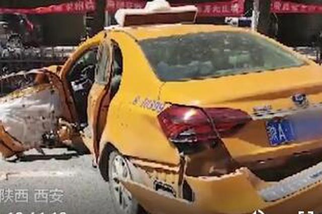 西安一出租车违规掉头与超速奔驰相撞 致出租车司机死亡