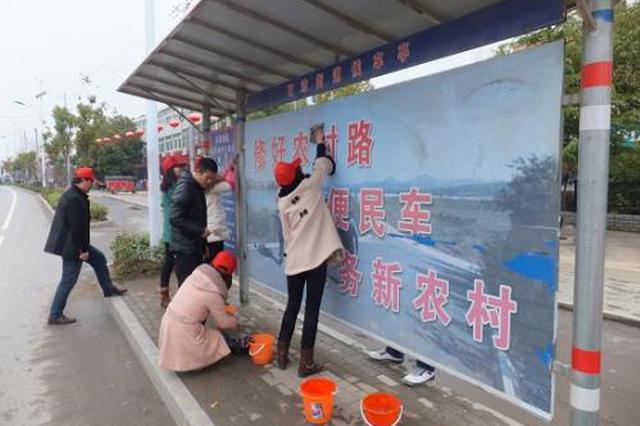 """公交志愿者为站台""""洗脸梳妆""""擦亮城市窗口"""