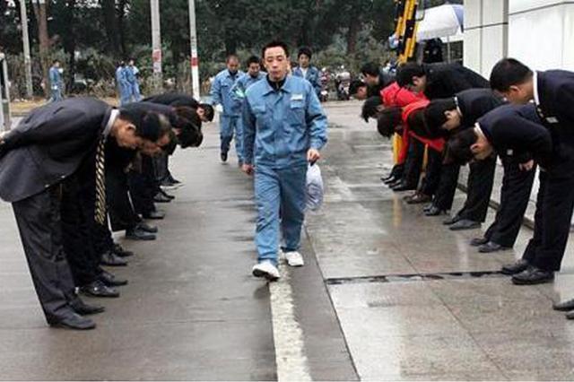 陕西一家企业领导每天鞠躬迎送员工:非作秀,体现平等与尊重
