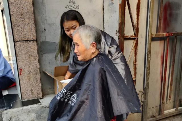 西安一女孩为老人免费理发3个月 帮助别人感觉很开心