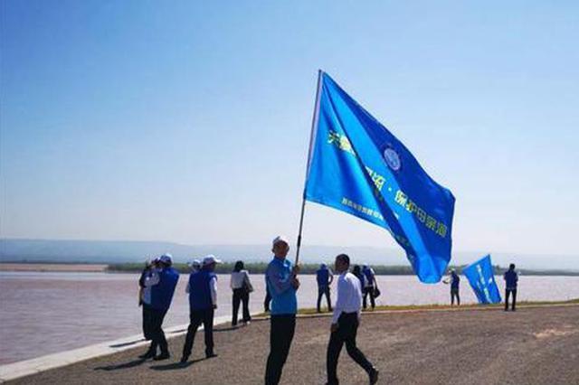 陕西400余名志愿者保护母亲河 在岸边巡堤查险