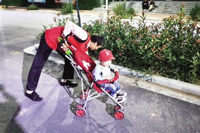 """两岁萌娃跟着爷爷奶奶走上街头 """"捡垃圾 做公益"""""""