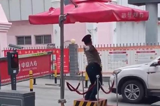 陕西保安妖娆舞姿指挥交通,网友:被耽误的灵魂舞者