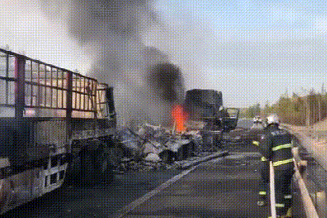 紧急扑救!满载33吨醋酸乙烯货车起火