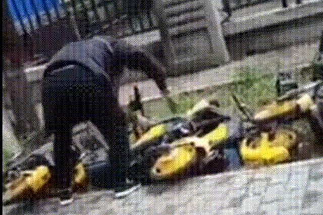 咸阳一男子当街挥刀砍单车 警方:被拘5日 罚款500元