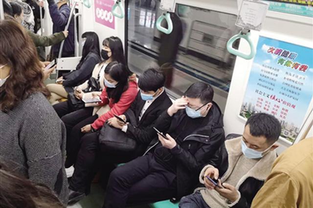 """主动戴上耳机避免手机噪音 西安地铁内""""外放""""已鲜见"""