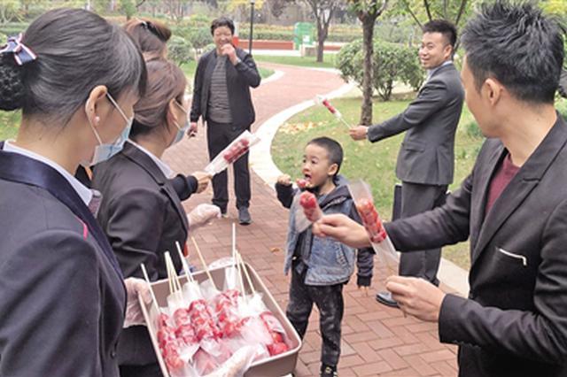 西安一小区里的山楂熟了 物业自制糖葫芦送业主