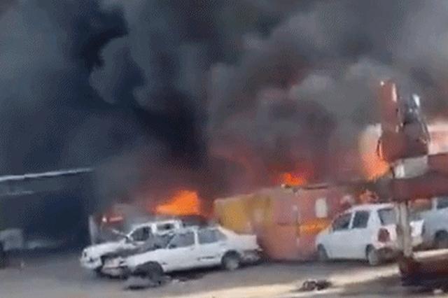 突发!陕西一汽车场起火,20多辆车被烧着