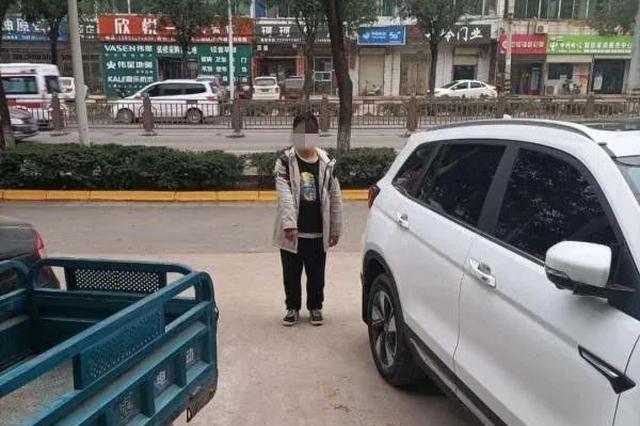 女子听见窗外有响动一看惊呆了 竟有人在砸车盗窃