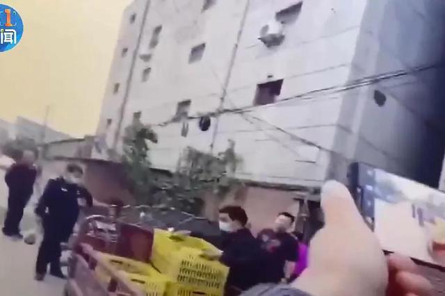 """西安大力笨贼偷了3000斤猕猴桃 民警""""罚""""现场复秤"""
