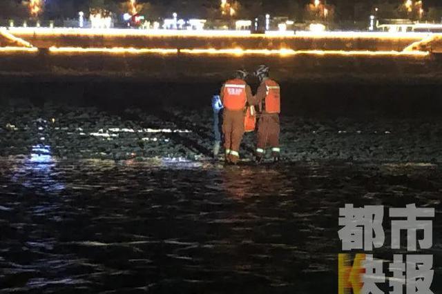 陕西女子接娃途中在浅滩处散步 谁料水位上涨遭遇险情