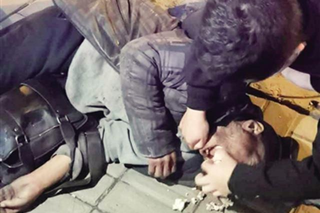 男子走路吃锅盔被噎窒息 医生紧急施救转危为安