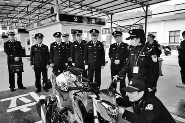 公安交管12项惠民新政施行 72岁老人一大早来考摩托车照
