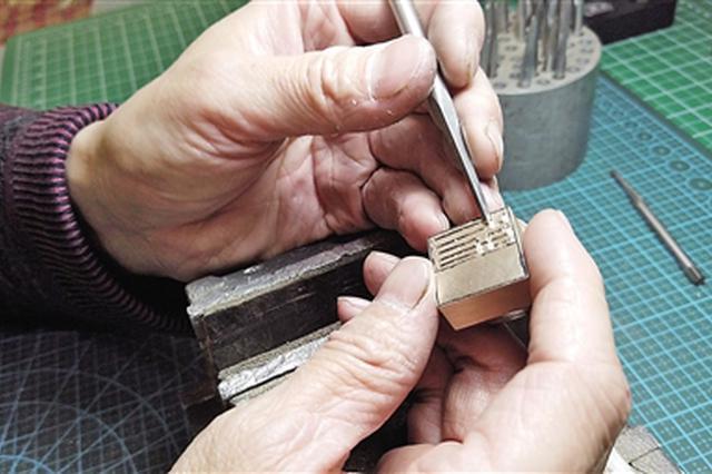 """手艺精湛被称为""""金左手""""西安雕金人的梦想之路"""