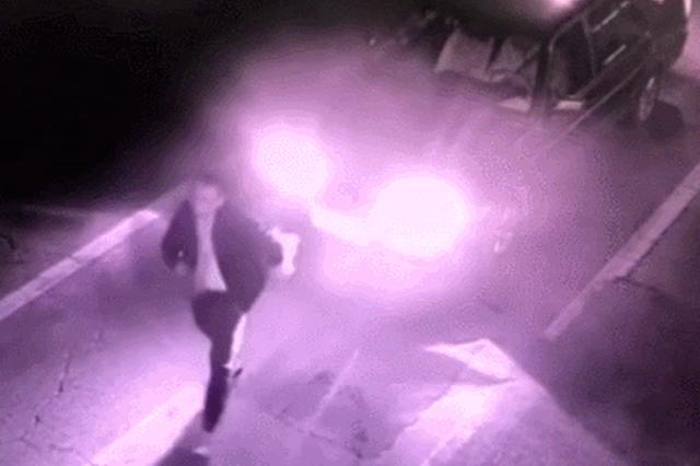 陕西一男子机动车道上尬舞耍酒疯,逼退多辆汽车!