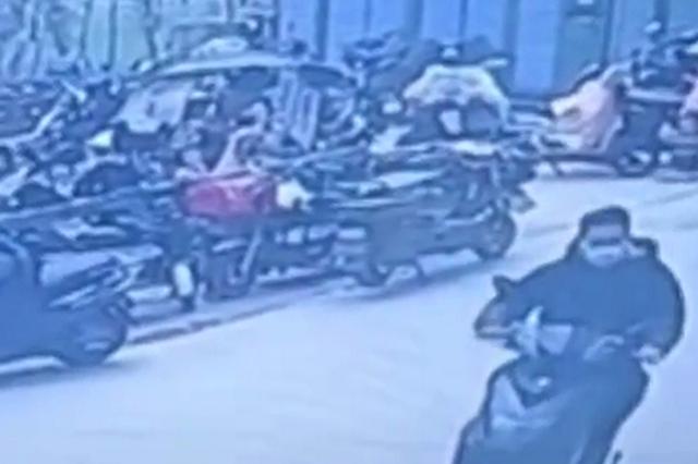 西安男子包放椅子上去打饭 谁料包被顺走电动车也丢了