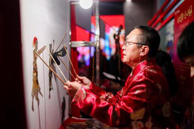 非遗传承人齐聚西安城墙 现场展示皮影、刺绣等绝活